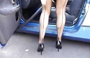 Esta pequeña chica está cachonda como porno latino en casa el infierno